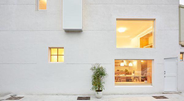 Tận dụng lợi thế 2 mặt tiền, các kiến trúc sư đã mở rất nhiều khung cửa sổ kính đón nắng và gió.