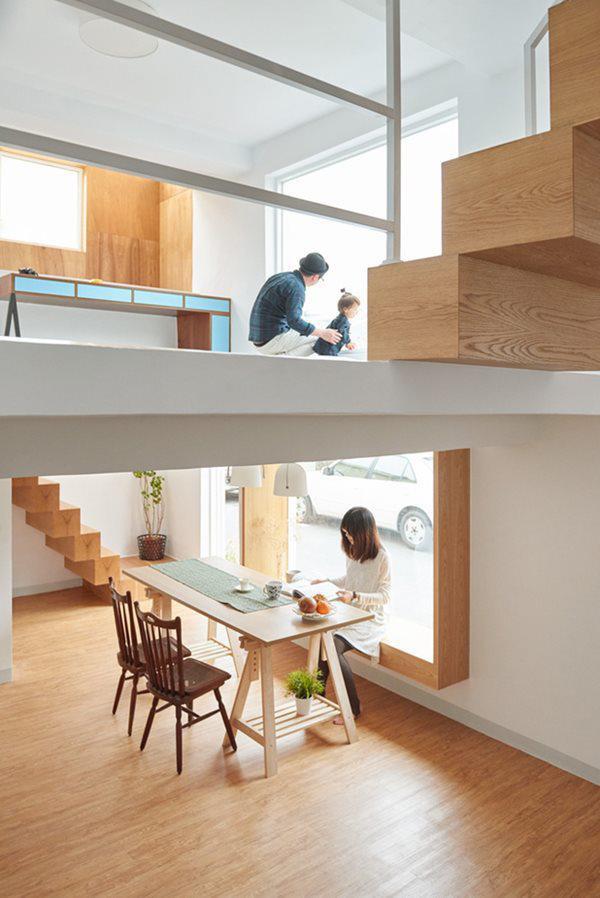 Gia chủ lựa chọn màu sơn trắng, kết hợp với nội thất gỗ tự nhiên sáng màu mang đến cảm giác ấm cúng, sang trọng.
