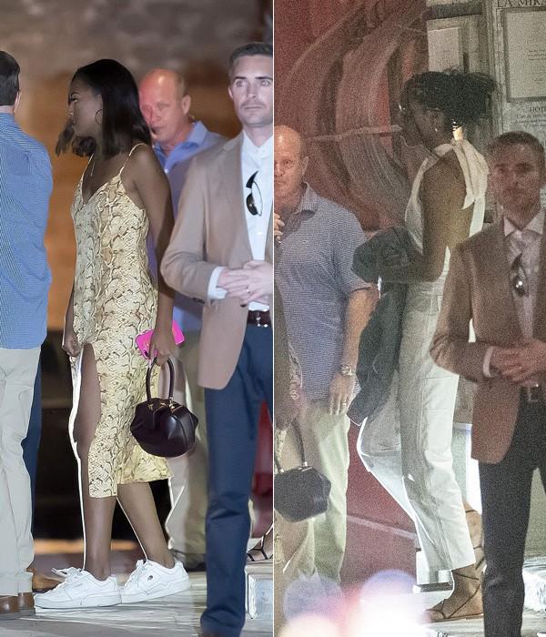 Vóc dáng lớn phổng phao của 2 công chúa nhà Obama. Trong hình ảnh này, Sasha 18 tuổi và Malia 20 tuổi, cũng đi cùng bố mẹ. Sasha diện váy hai dây màu vàng họa tiết da rắn khoe chân thon kết hợp sneaker, trong khi Malia mặc bộ jumpsuit màu trắng hở trọn lưng và sandal dây mảnh.
