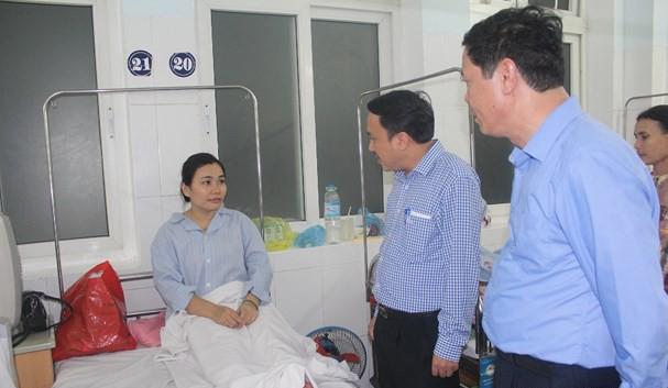 Lãnh đạo Sở Y tế Nghệ An thăm hỏi nữ điều dưỡng Nguyễn Thị Phương. Ảnh: Báo Nghệ An