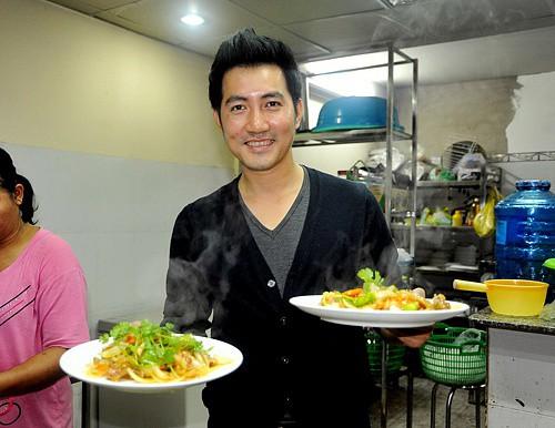 Phi Hùng đích thân vào bếp tại nhà hàng anh làm chủ.