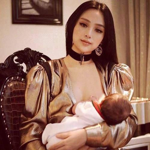Cựu hotgirl Huyền Baby không bỏ lỡ cơ hội cho con bú dòng sữa ngọt ngào.