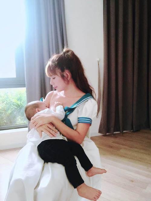 Hotgirl Minh Hà ngoài những chia sẻ hay về vắt và bảo quản sữa mẹ, cô còn xuất hiện với hình ảnh cho con bú rất dễ thương.
