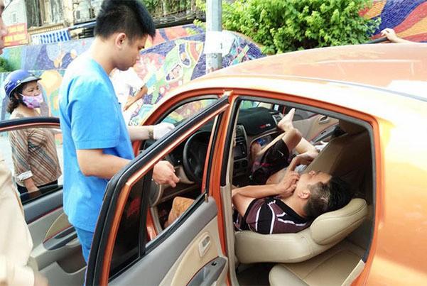 Hé lộ nguyên nhân vụ ô tô lao vỉa hè, tài xế hạ ghế nằm bất tỉnh - Ảnh 1.