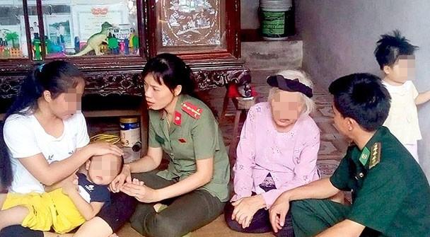 Công an động viên nạn nhân bị lừa qua Trung Quốc sau nhiều năm trở về. Ảnh: Ngọc Hưng