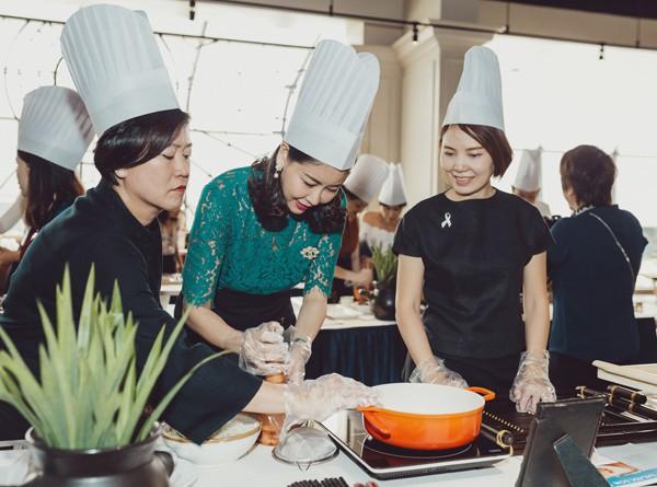 Người đẹp đích thân vào bếp trổ tài làm các món ăn Thái Lan với sự hướng dẫn của những chuyên gia xứ chùa vàng.