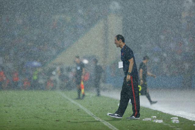 HLV Kim Han Yoon ra ngoài sân chỉ đạo bất chấp trời mưa