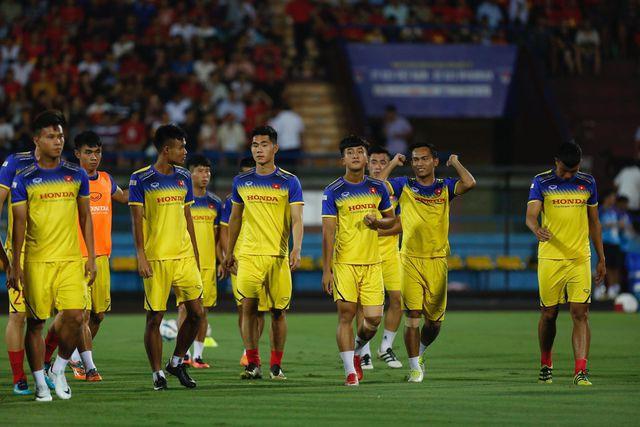 Các cầu thủ U23 Việt Nam khởi động trước khi trận đấu diễn ra