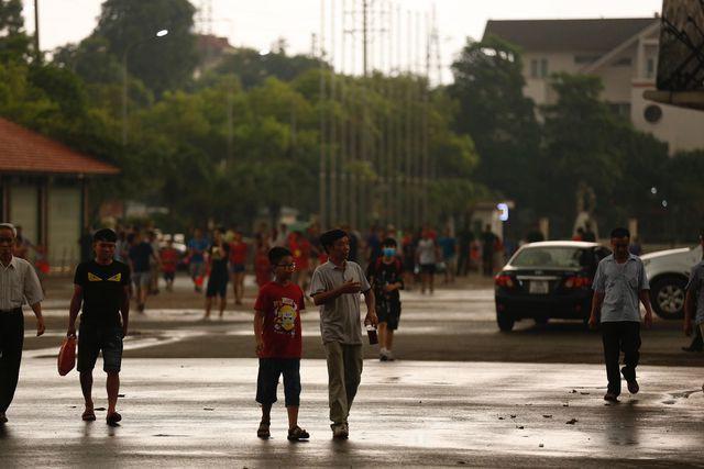 Cổ động viên đội mưa đến sân cổ vũ cho U23 Việt Nam
