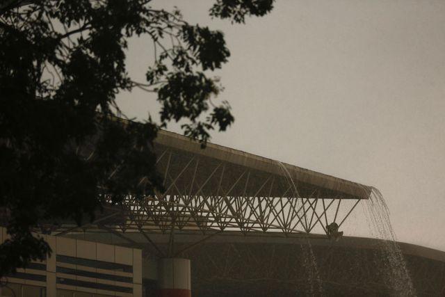 Cơn mưa nặng hạt đổ xuống sân Việt Trì