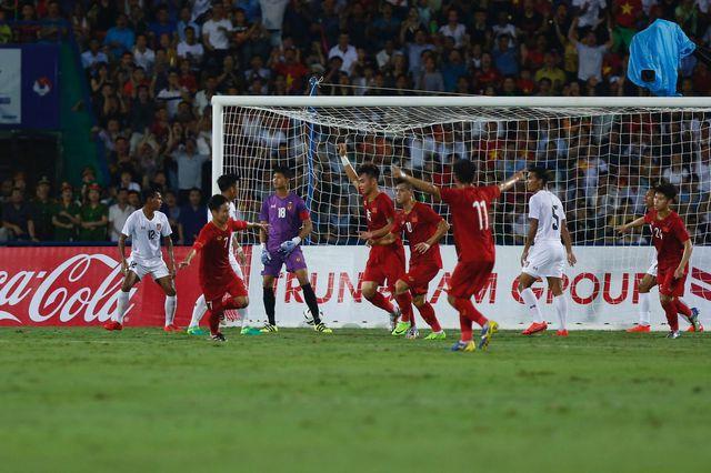 Việt Hưng ăn mừng bàn thắng mở tỷ số