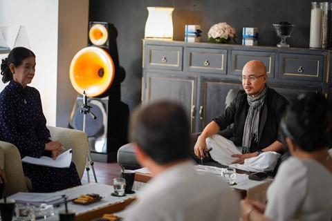 Bên cạnh ông Vũ có luật sư Trương Thị Hòa (áo dài) giải đáp các thắc mắc về pháp lý. Ảnh: Tô Thanh Tân.