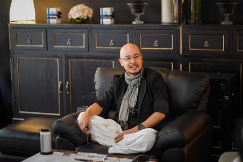 Ông Vũ trò chuyện với phóng viên cởi mở, nhiều lần bật cười khi nói đùa. Ảnh: Tô Thanh Tân.