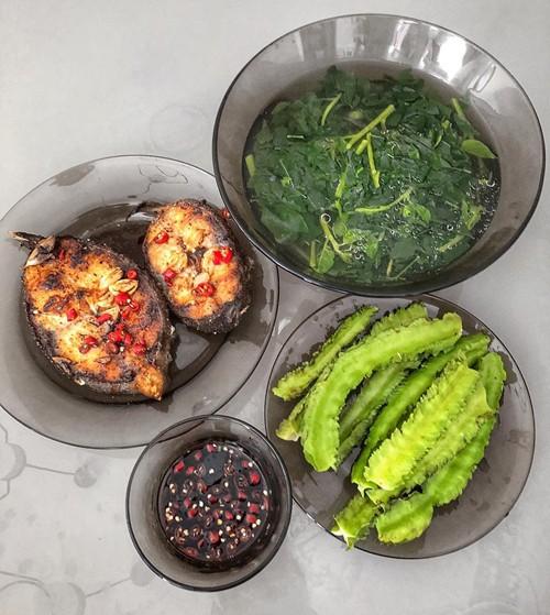 Những mâm cơm do Lan Khuê nấu thường có 3-5 món, gồm món mặn, món phụ, canh hoặc rau.
