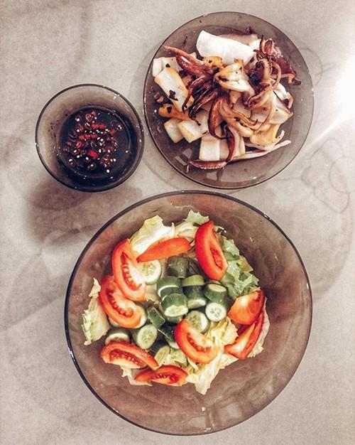 Lan Khuê thích bày biện các món ăn một cách ngẫu hứng, kết hợp nhiều loại thực phẩm có màu sắc bắt mắt.