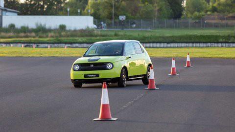 Honda E, mẫu xe điện kỳ quái có thể di chuyển 200km trong 1 lần sạc