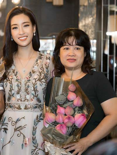 Hoa hậu Đỗ Mỹ Linh và mẹ.