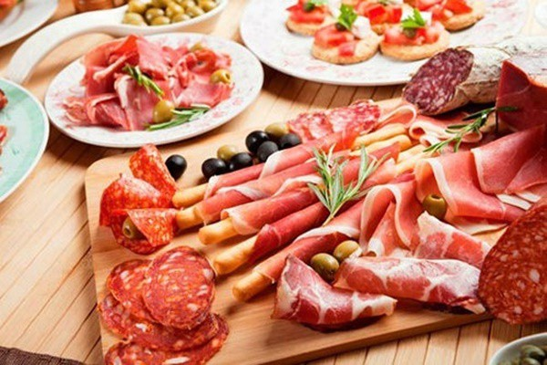 Các loại thịt chế biến như xúc xích, thịt xông khói, thịt nguội chứa nhiều muối, chất bảo quản, phốt phát, nitrat. Chúng là thủ phạm đằng sau nguy cơ suy tim của người tiêu dùng.  Ảnh minh họa: Internet