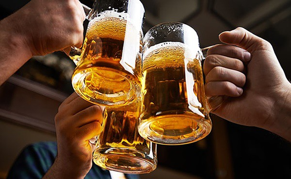 Việc uống quá nhiều đồ uống có cồn có thể làm giảm tới 20 năm tuổi thọ một người. Ngoài ra, bạn còn dễ mắc những bệnh như tổn thương não, suy gan, chảy máu dạ dày. Ảnh minh họa: Internet