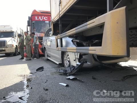 Xe giường nằm và xe tải kẹp nát xe 7 chỗ ở dốc Thiên Thu - Ảnh 2.