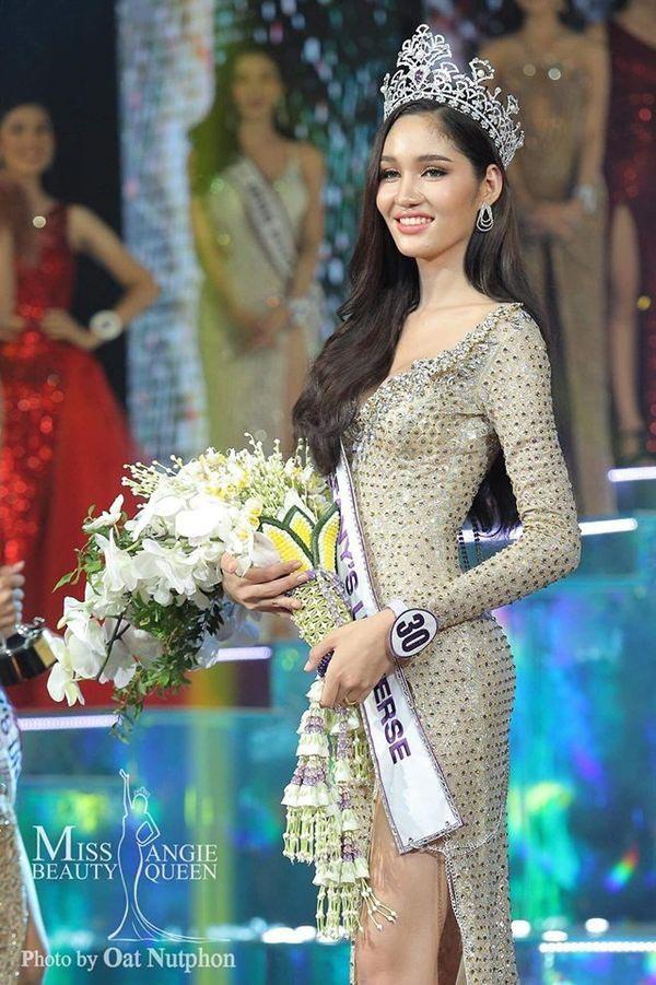 Dear Ritai Pryasiyong năm nay 25 tuổi và có chiều cao nổi trội 1,74m.
