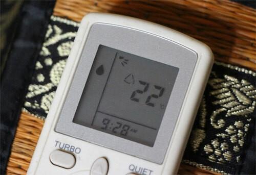Chế độ làm khô (biểu tượng hình giọt nước) ngưng tụ hơi nước, giảm độ ẩm giúp không khí cảm giác mát hơn.