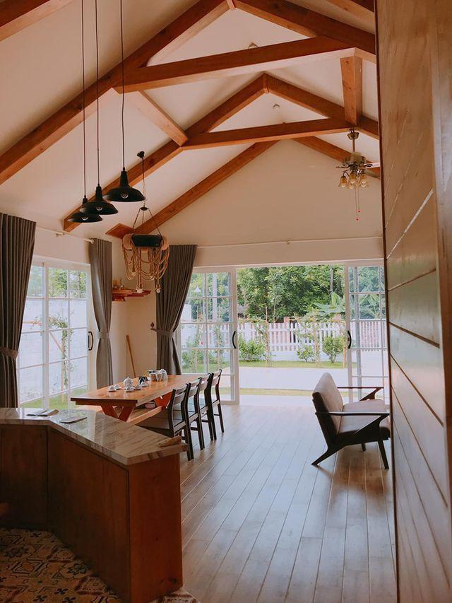 Không gian phòng khách đẹp không khác gì những homestay nghỉ dưỡng.