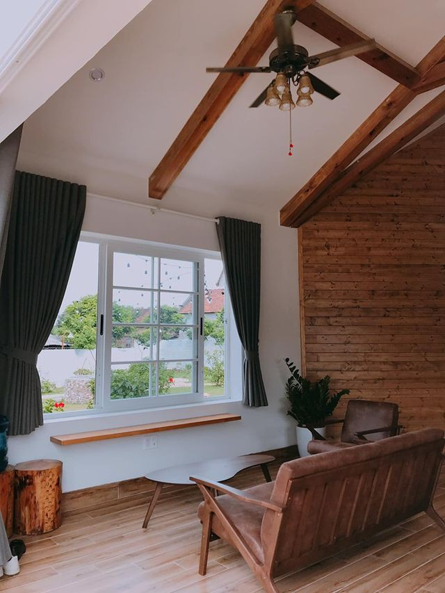Cửa sổ lớn mang ánh sáng vào nhà.