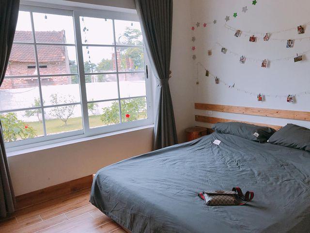 Từ phòng ngủ có thể hướng tầm mắt ngắm cảnh khu vườn lãng mạn.