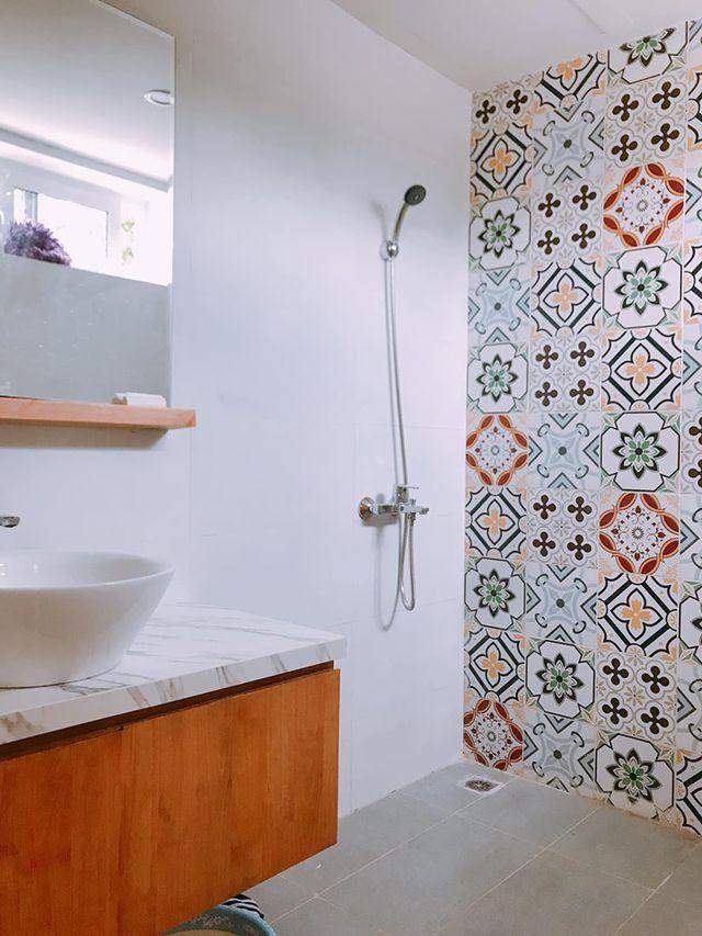 Phòng tắm được trang trí với gạch bông làm điểm nhấn.