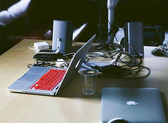 Đặt laptop gần những vật có lực từ