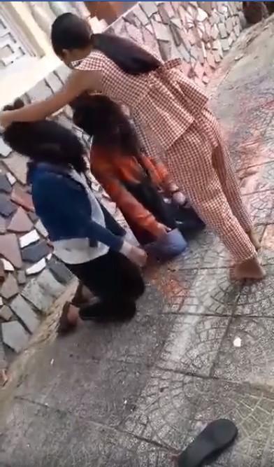 Xôn xao clip nữ sinh bắt 2 bạn gái quỳ gối, nắm tóc, đánh đập nhiều lần, nghi do mâu thuẫn tình cảm - Ảnh 2.