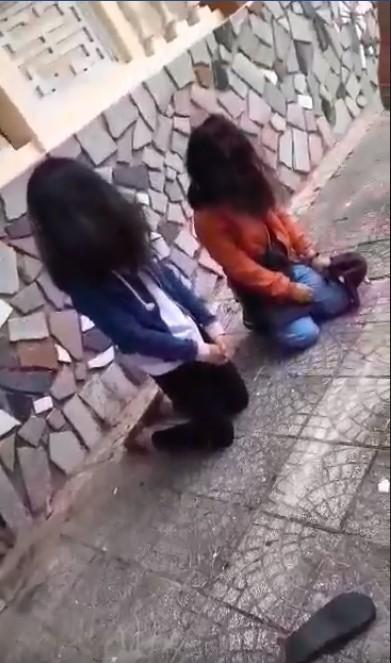 Xôn xao clip nữ sinh bắt 2 bạn gái quỳ gối, nắm tóc, đánh đập nhiều lần, nghi do mâu thuẫn tình cảm - Ảnh 3.
