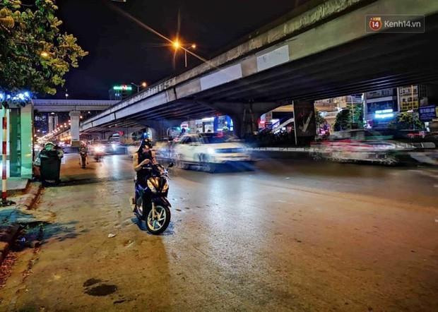 Thót tim nữ ninja đi băng băng trên đường Hà Nội, 1 tay lái xe máy, 1 tay... bồng con nhỏ - Ảnh 3.