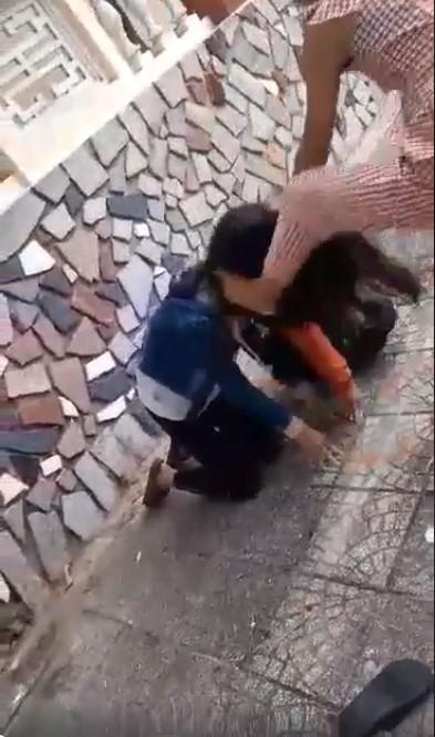 Xôn xao clip nữ sinh bắt 2 bạn gái quỳ gối, nắm tóc, đánh đập nhiều lần, nghi do mâu thuẫn tình cảm - Ảnh 4.
