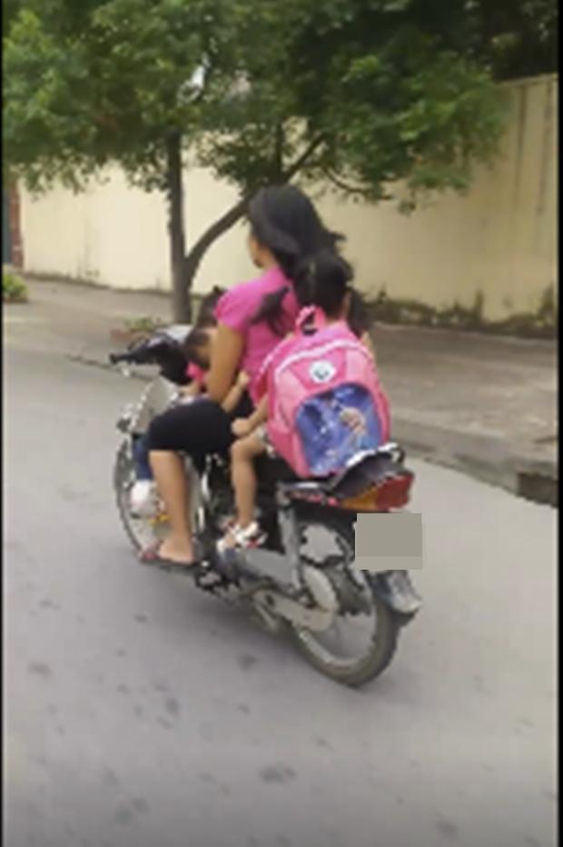Thót tim nữ ninja đi băng băng trên đường Hà Nội, 1 tay lái xe máy, 1 tay... bồng con nhỏ - Ảnh 4.