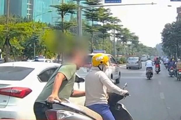 Thót tim nữ ninja đi băng băng trên đường Hà Nội, 1 tay lái xe máy, 1 tay... bồng con nhỏ - Ảnh 7.