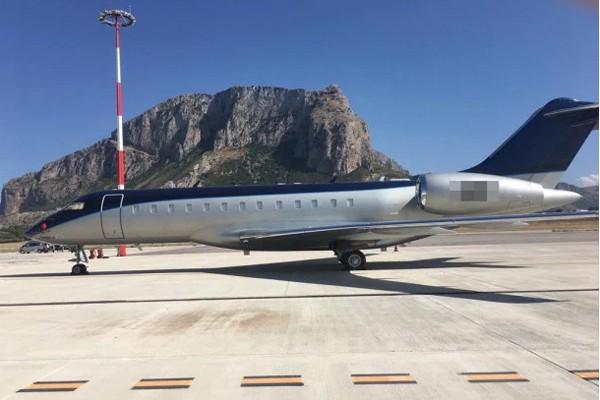 Dùng máy bay riêng hoành tráng, vợ chồng Hoàng tử Harry lại bị chỉ trích tiêu xài hoang phí - Ảnh 2.