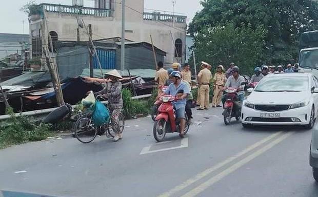 2 chiếc xe máy dính chặt sau va chạm, người vợ và con tử vong tại chỗ, người chồng nguy kịch - Ảnh 1.
