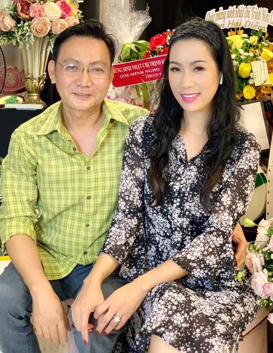 Á hậu Trịnh Kim Chi xinh đẹp mừng tuổi 47 bên chồng con - Ảnh 1.