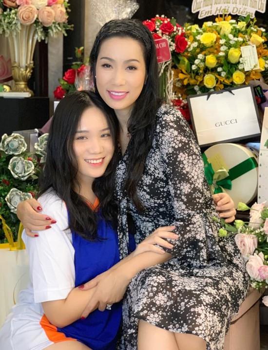 Á hậu Trịnh Kim Chi xinh đẹp mừng tuổi 47 bên chồng con - Ảnh 2.