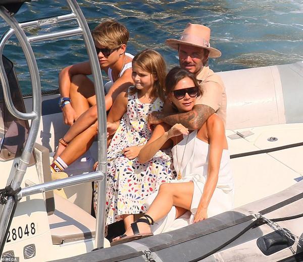 Hình ảnh Beckham hôn Victoria đắm say đập tan tin đồn cặp đôi đã chia tay - Ảnh 10.