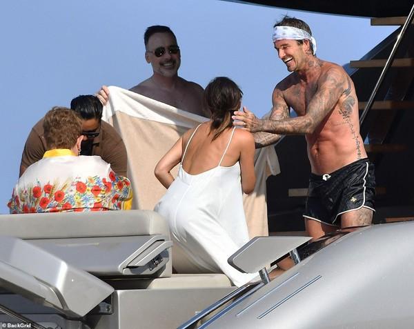 Hình ảnh Beckham hôn Victoria đắm say đập tan tin đồn cặp đôi đã chia tay - Ảnh 5.