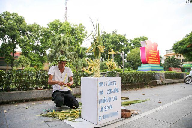 Hô biến lá dừa nước miền Tây thành giỏ hoa, con vật ở Hà Nội, kiếm tiền triệu mỗi ngày - Ảnh 1.