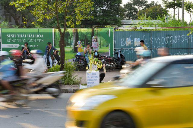 Hô biến lá dừa nước miền Tây thành giỏ hoa, con vật ở Hà Nội, kiếm tiền triệu mỗi ngày - Ảnh 12.