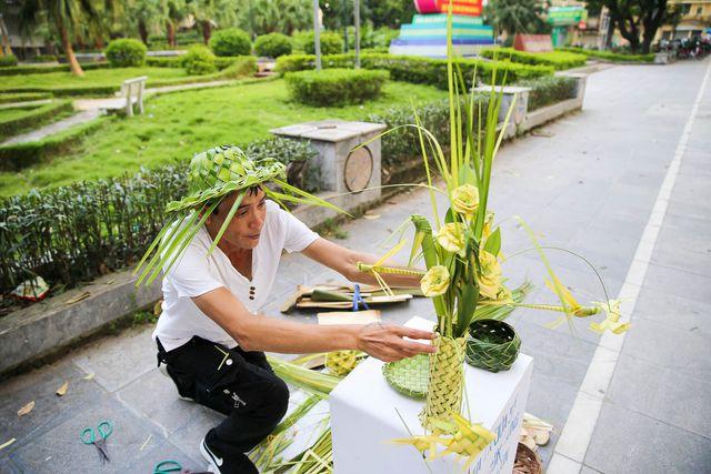 Hô biến lá dừa nước miền Tây thành giỏ hoa, con vật ở Hà Nội, kiếm tiền triệu mỗi ngày - Ảnh 8.