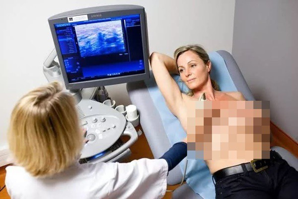 Bị chẩn đoán mắc ung thư vú, 2 bà mẹ hối hận vì đã bỏ qua dấu hiệu quan trọng này khi cho con bú - Ảnh 2.
