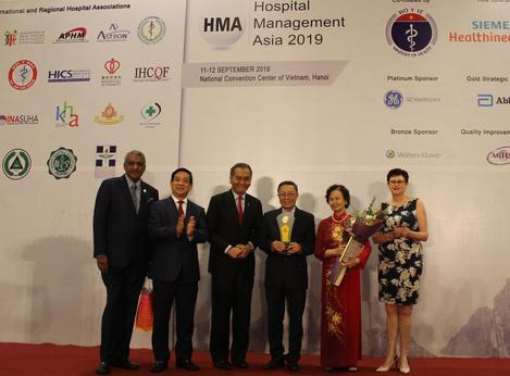 Trao giải thưởng Cống hiến trọn đời cho nguyên Thứ trưởng Bộ Y tế Lê Ngọc Trọng - Ảnh 1.