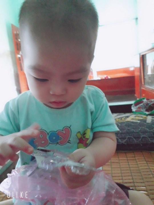 Trao quà cho bé trai bục dạ dày 2 tháng tuổi 3 lần phẫu thuật - Ảnh 3.