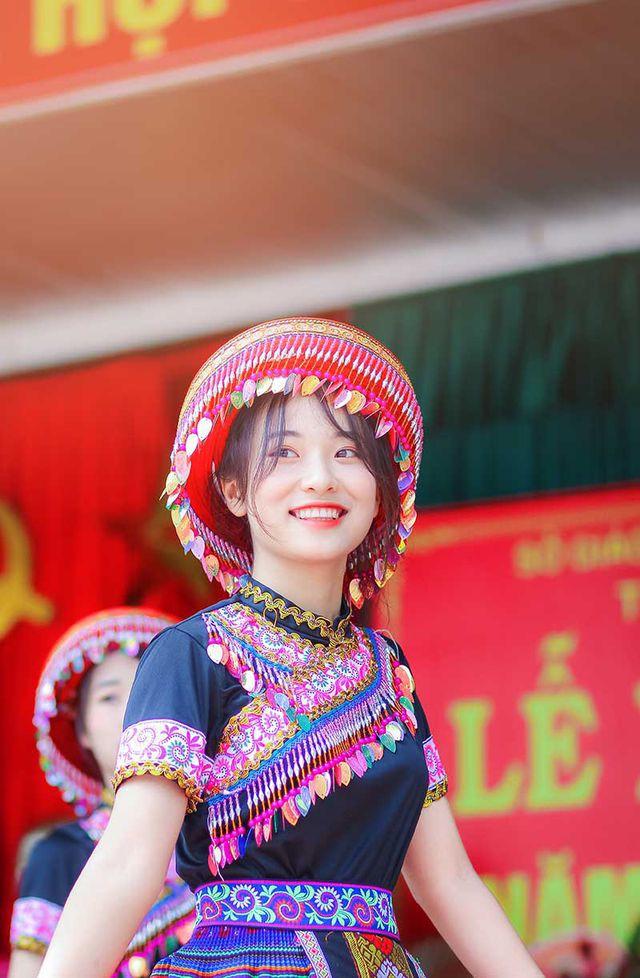 Nữ sinh Thái Nguyên bất ngờ nổi tiếng sau màn biểu diễn trong lễ khai giảng - Ảnh 1.
